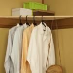 天井角の三角スペース(鴨居)を利用して手軽に衣類収納が作れる便利グッズ